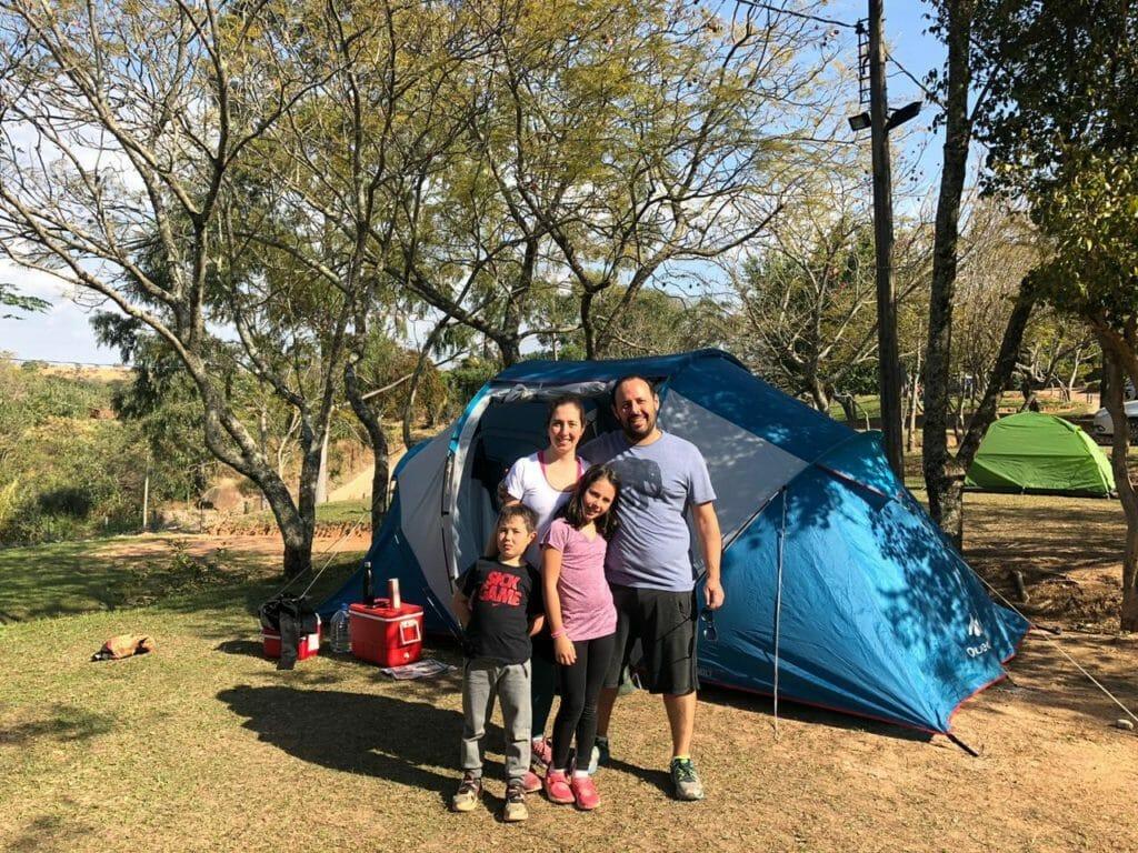 Família acampando com barraca Aluga trip